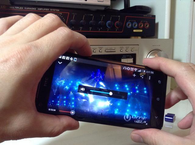 Ajuste el volumen en el ADN Droid por teléfono HTC a aproximadamente 80 precent para obtener la calidad de sonido óptima y sin distorsión.