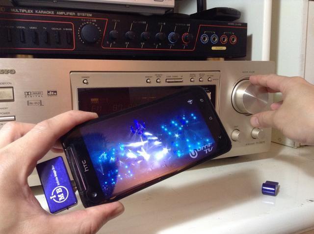 Ajustar para obtener el volumen de deseo en el estéreo casa para obtener la calidad de transmisión máxima del centro receptor estéreo doméstico o de entretenimiento en el hogar.