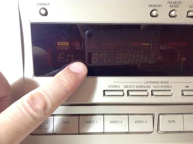 Asegúrate de que tu dial de la radio estéreo doméstico se ha fijado en 87,9, que coincide con la configuración en el transmisor de música AFM