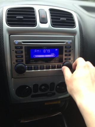 Establezca su coche de radio presintonizada a 87.9FM