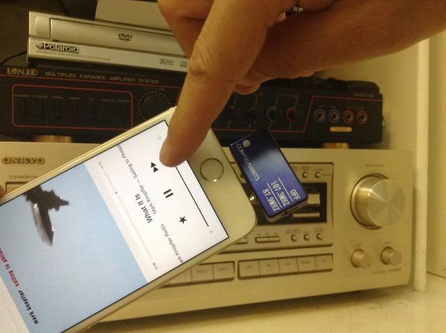 Como alternativa, puede utilizar el iPhone 6 como control remoto de su sistema de sonido envolvente en casa.