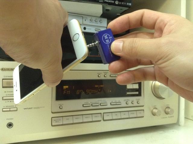 Conecte el transmisor a la toma de audio del iPhone 6 o iPhone 6 Plus