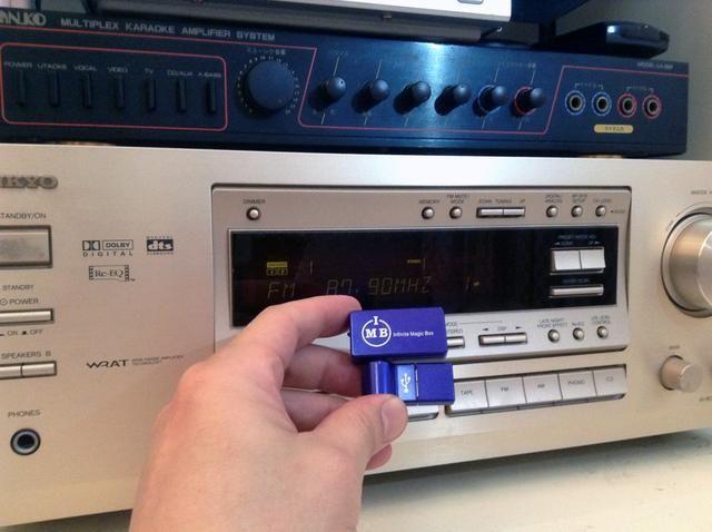 Transmisor de música AFM es un simple adaptador de enchufe y el juego con un chip patentado que ofrece limpio y estática transmisión de sonido libre como ninguna otra. Cuenta con una estación de corrección establecido es sencilla