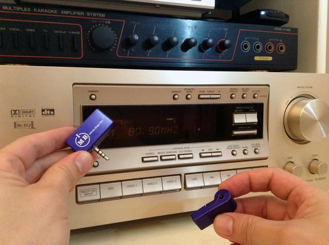 Simplemente quite la AFM de ella's USB charger, and set your stereo receiver to 87.9 FM and you are ready!