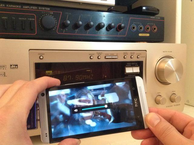 Para obtener una calidad de sonido óptima, ajuste el volumen de salida del teléfono androide 80 precent.