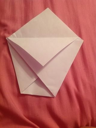 Doble el primer triángulo capa de abajo y darle la vuelta al papel sobre