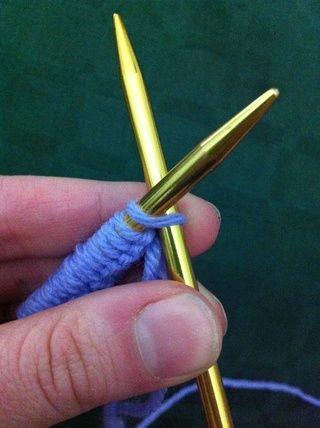 Mientras mantiene la aguja con fundido en puntos de sutura en la mano izquierda inserte la otra aguja en el primer punto de adelante hacia atrás.