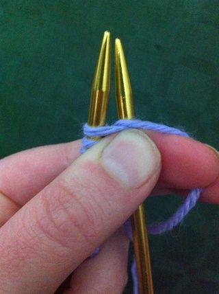 Lleve el hilo de trabajo en sentido contrario entre ambas agujas.