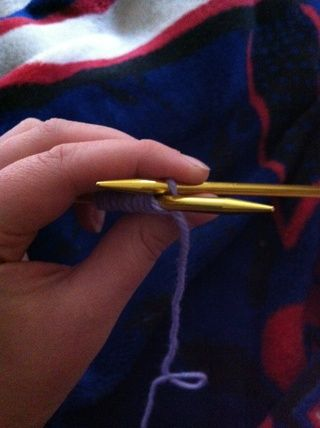 Tire de ella a través del punto en la aguja izquierda y esto hará que la aguja derecha en la parte superior de la aguja izquierda con la nueva puntada en él.