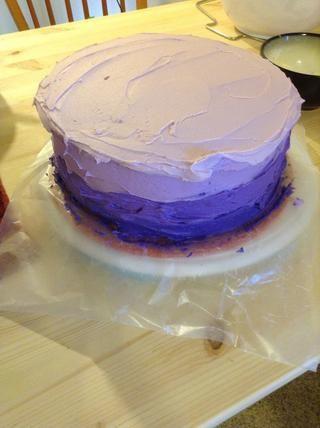 Tire del color ligeramente por el lado de la parte superior de la torta. Acerca de 1/4 de pulgada.