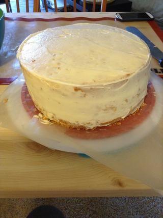 Heladas del pastel en una capa fina y blanca de miga abrigo. Coloque en el refrigerador por una hora en la corteza. (Obtener firme) que doesn't have to be perfect. Use a brush or napkin to dust off crumbs from the side.