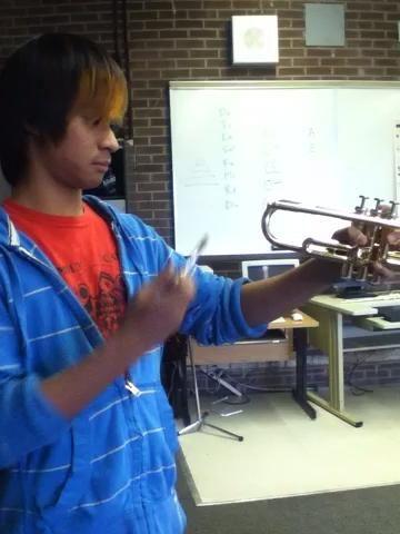 El proceso muy complicado de poner su instrumento juntos. Preste cuidadoso de la cabeza a un video.