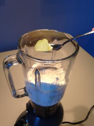 Y una cuchara colmada del ingrediente secreto - mezcla margarita frozen. Viene en una lata en la sección de congelados de su tienda como concentrado de jugo de naranja o limonada.