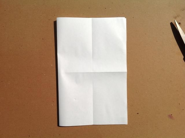 Dobla el papel en un pliegue libro de izquierda a derecha.