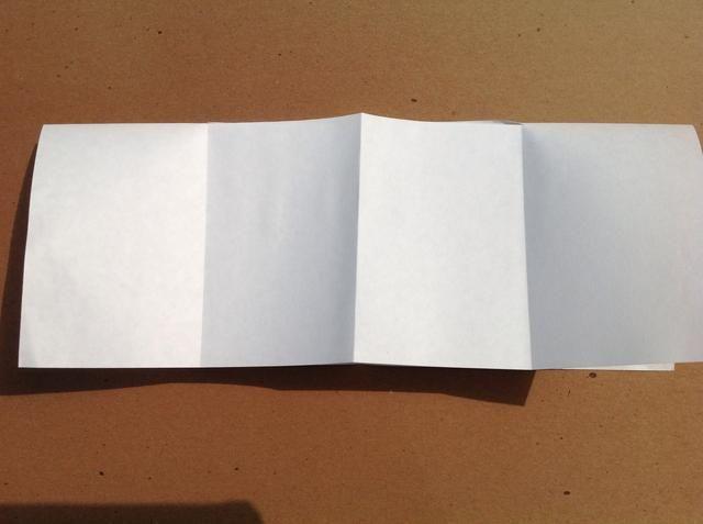Dobla hacia abajo el borde superior para cumplir con el borde inferior.