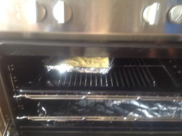 Vierta esta mezcla sobre la base de repostería y hornee por 20 minutos y luego retirar del horno y deje enfriar completamente.