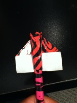 Coloca el lápiz en otro pedazo de cinta adhesiva como este.