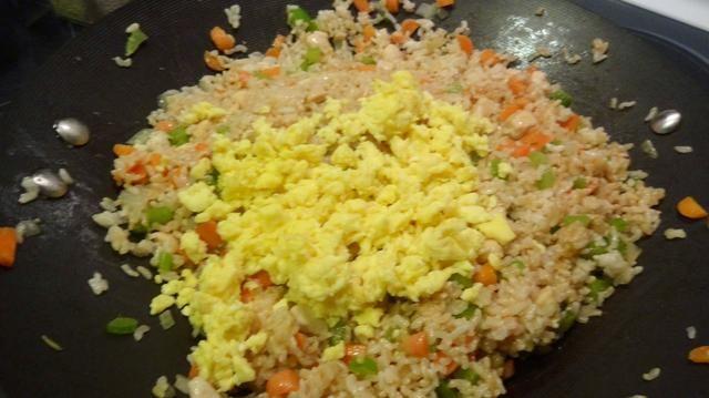 Por último añadir los huevos, 2 cucharadas de salsa de soja, una gran cucharada de mantequilla de ajo y 1 cucharada de semillas de sésamo.