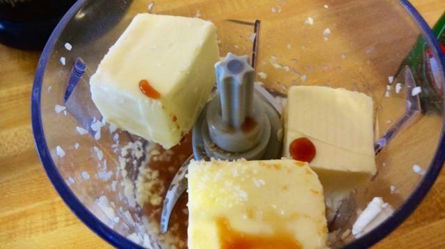 Ahora agregue la mantequilla (cortada en trozos), 2 cucharadas de jugo de limón, 1 cucharadita de salsa de soja, y una pizca de sal en el procesador. Pulso poco más hasta que esté suave.