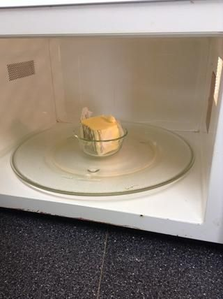 Derretir 1/4 taza de mantequilla en el microondas