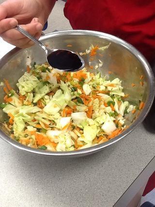 Ponga la salsa de soja en el relleno de los rollitos de primavera.