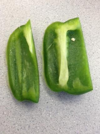 Para darle más sabor, agregue la mitad de un verde cortado en cubitos de pimiento / picada