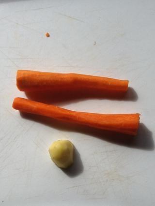 Lavar y pelar el jengibre y las zanahorias.
