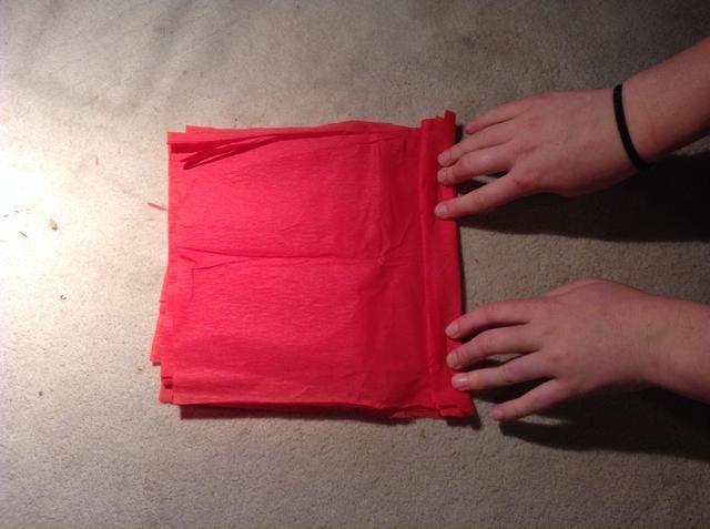 Coloque las hojas en la parte superior de la otra y, a continuación, comenzando desde el lado corto (en nuestro caso 20 cm), doblar el papel de seda en el estilo acordeón (como si plegable para crear un abanico de papel).