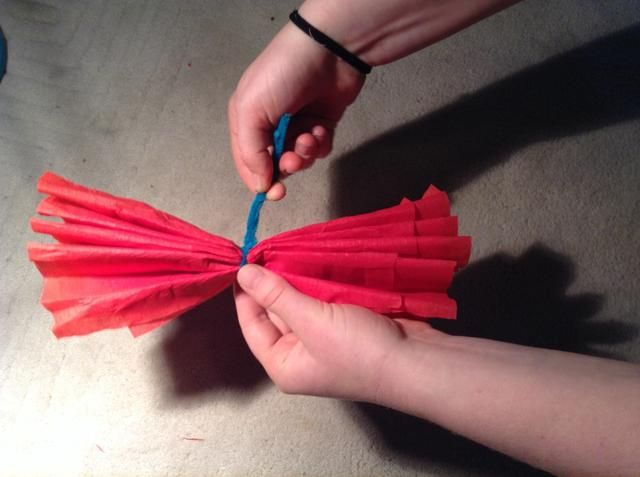 Tome el limpiador de tubería o alambre y envuélvalo firmemente alrededor de la central, asegurándolo con un nudo simple. Gire las hebras exceso de alambre juntos (esto creará el tallo de la flor).
