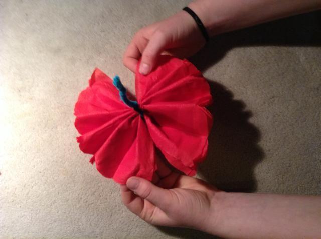 Abra los pliegues suavemente para crear una pajarita como forma.