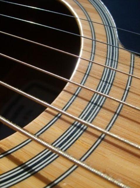 Cómo Cómo jugar un Em (Mi menor) en la guitarra acústica