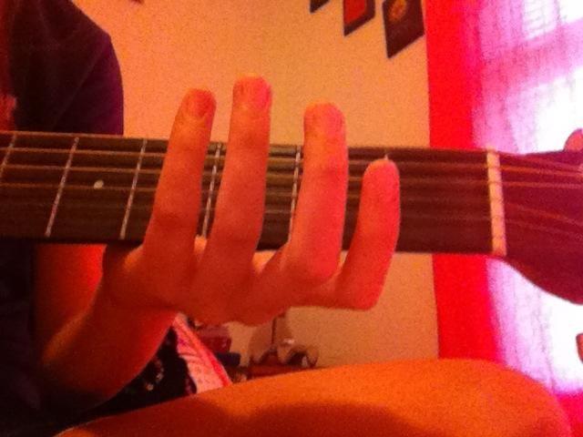 Mantenga la guitarra cerca del primer traste (las cuerdas cerca de la parte superior de la guitarra)