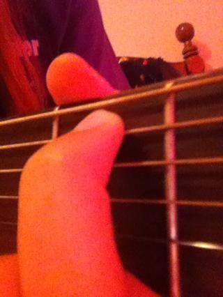 Tu vas a colocar su dedo índice en el segundo traste (segunda caja desde la parte superior de la guitarra) y colocarlo en segunda cadena (la segunda cuerda más gruesa)