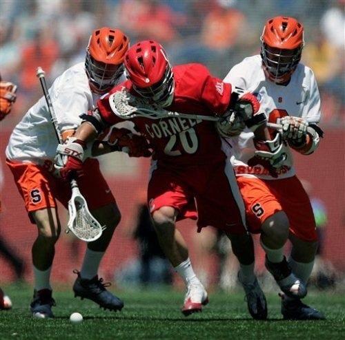 Jugador de lacrosse va por el balón durante el período de prórroga repentina muerte.