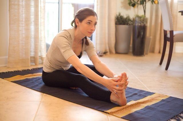 Tramo extendido de la pierna: sentarse y estire la pierna derecha delante de usted. Doblar la pierna izquierda por lo que su pie está en contra de usted parte superior del muslo. Inclinarse hacia adelante y mantenga pulsado durante al menos 30 segundos sin rebotar
