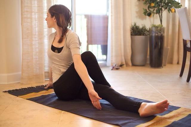 Bum Stretch: Siéntese en el piso y doble la derecha y coloque el pie derecho en la parte externa de la pierna izquierda. Gire el torso y utilizar el brazo izquierdo para empujar contra su pierna derecha. Mantenga esta posición durante 30 segundos.