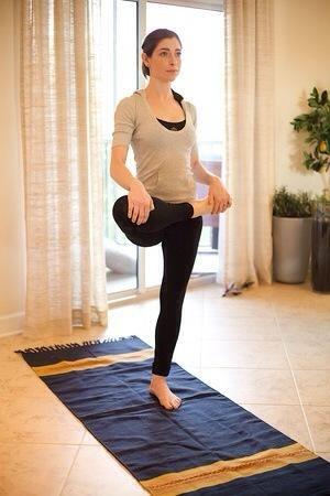 Suplente Bum Tramo: Párese derecho y dejó su pierna derecha por lo que se dobla y paralelo al suelo. Mantenga el tobillo y el equilibrio hacen al menos 30 segundos. Si es necesario, el equilibrio con una silla.