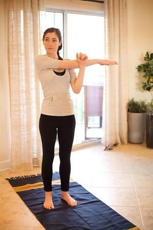 Hombro Estiramiento: cruzar el brazo derecho recto en el pecho y utilizar la izquierda para tirar de él en lo más cerca del pecho como sea posible. Mantenga esta posición durante 30 segundos, el. Alterne los brazos.