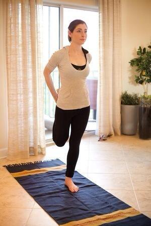 Flamingo: Hold pie en el trasero, por lo que seguro que te deja las piernas en línea con su cuerpo. También puede aferrarse a una silla para ayudar con el equilibrio. Mantenga esta posición durante 30 segundos, luego lados alternos.