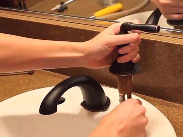 Instale las manijas de la llave. Conecte las líneas de suministro de agua (agua caliente está a la izquierda, y el agua fría está en la derecha), y poner las asas en su lugar. Apriete los caños grifo bajo el mostrador.