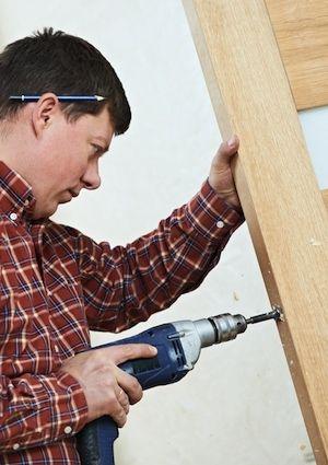 Cómo instalar un cerrojo de seguridad - puerta de la perforación