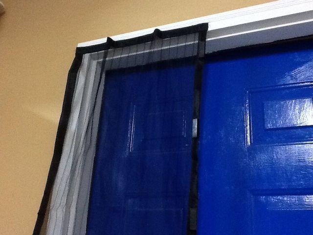 Terminar este lado uniendo las otras dos tiras de velcro en la parte superior. También adjunte las lengüetas de velcro para el lado de la puerta.