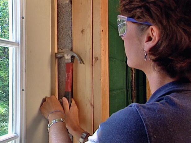 Clavar clavos para Instalación Pre-Hung Puerta Exterior