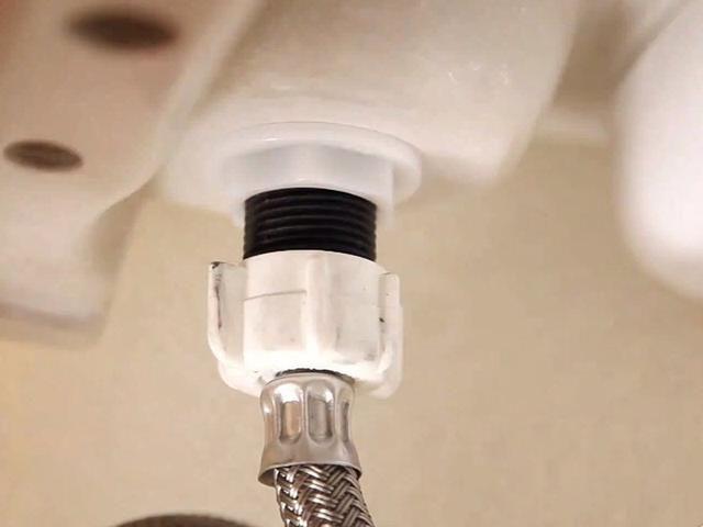 Conecte el agua. Después de asegurar la línea de agua, convertir el agua al baño de nuevo, y tirar de la cadena para probar la conexión.