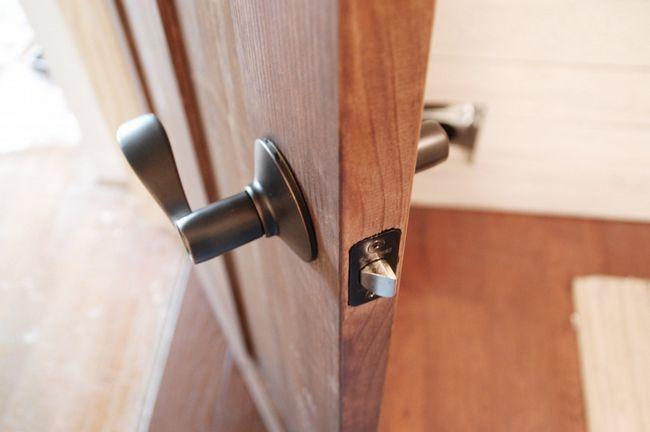 Cómo instalar la puerta de hardware - Placa frontal