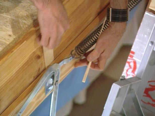 Utilice cuñas para llenar los vacíos, les clavan escalera en su lugar.