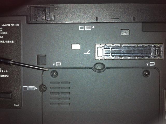 Retire los tornillos con un destornillador Phillips. Hay 2 tornillos que sujetan la cubierta de la tapa que expone la memoria RAM.