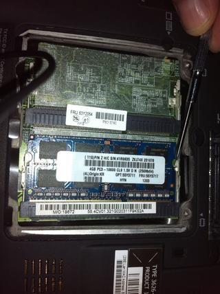 Pulse los pequeños clips con el destornillador para quitar la RAM.