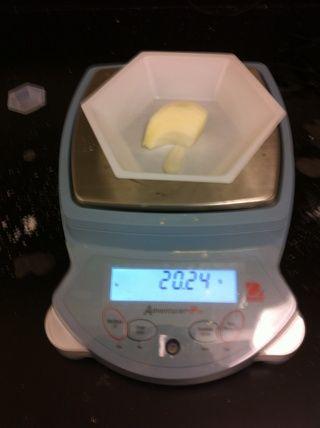 Cortar hasta unos 20 gramos de cebolla amarilla.