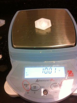 Pesar 10 g de NaCl.